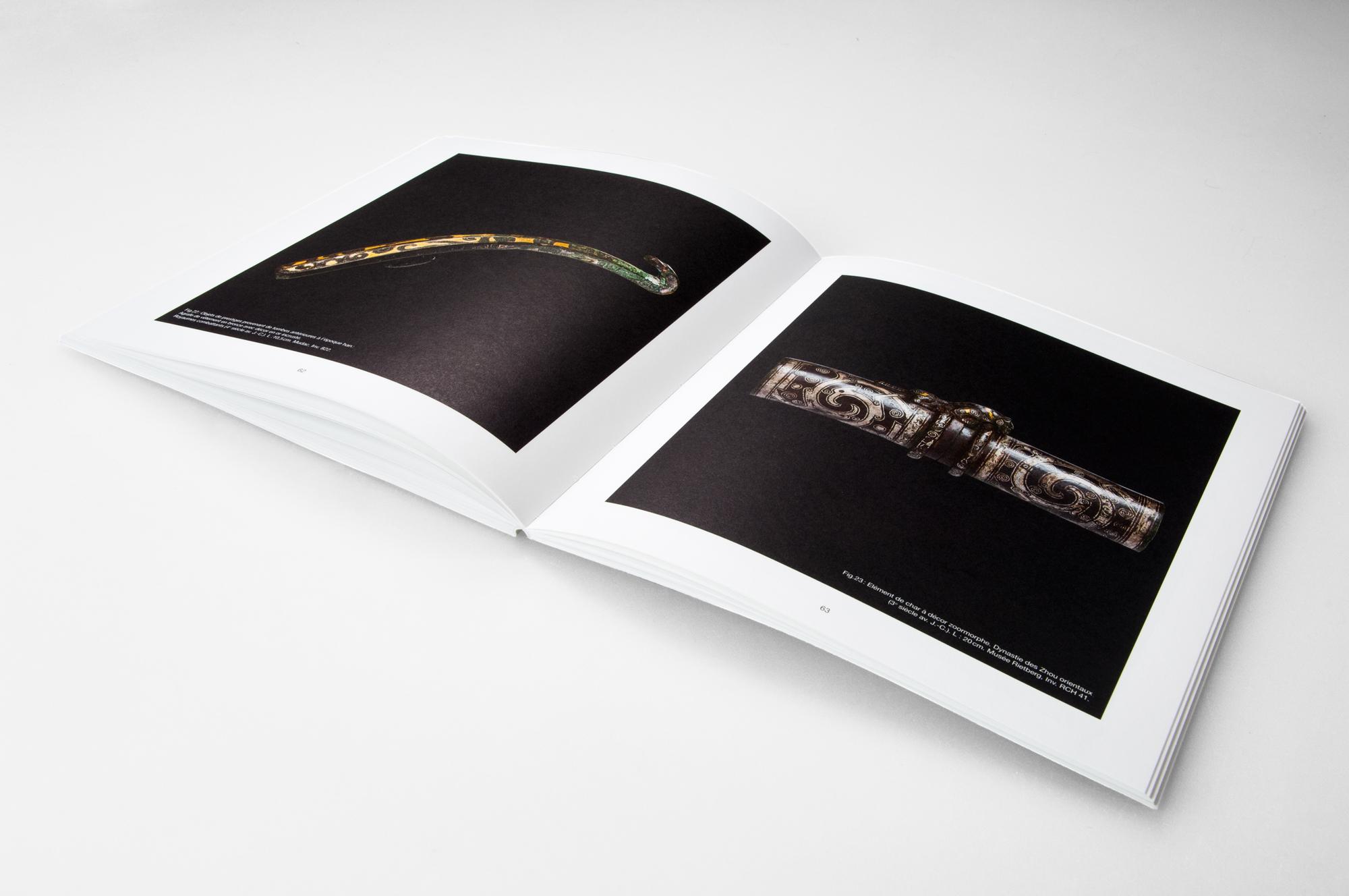 page de catalogue du laténium avec une image en plein page sur chaque face